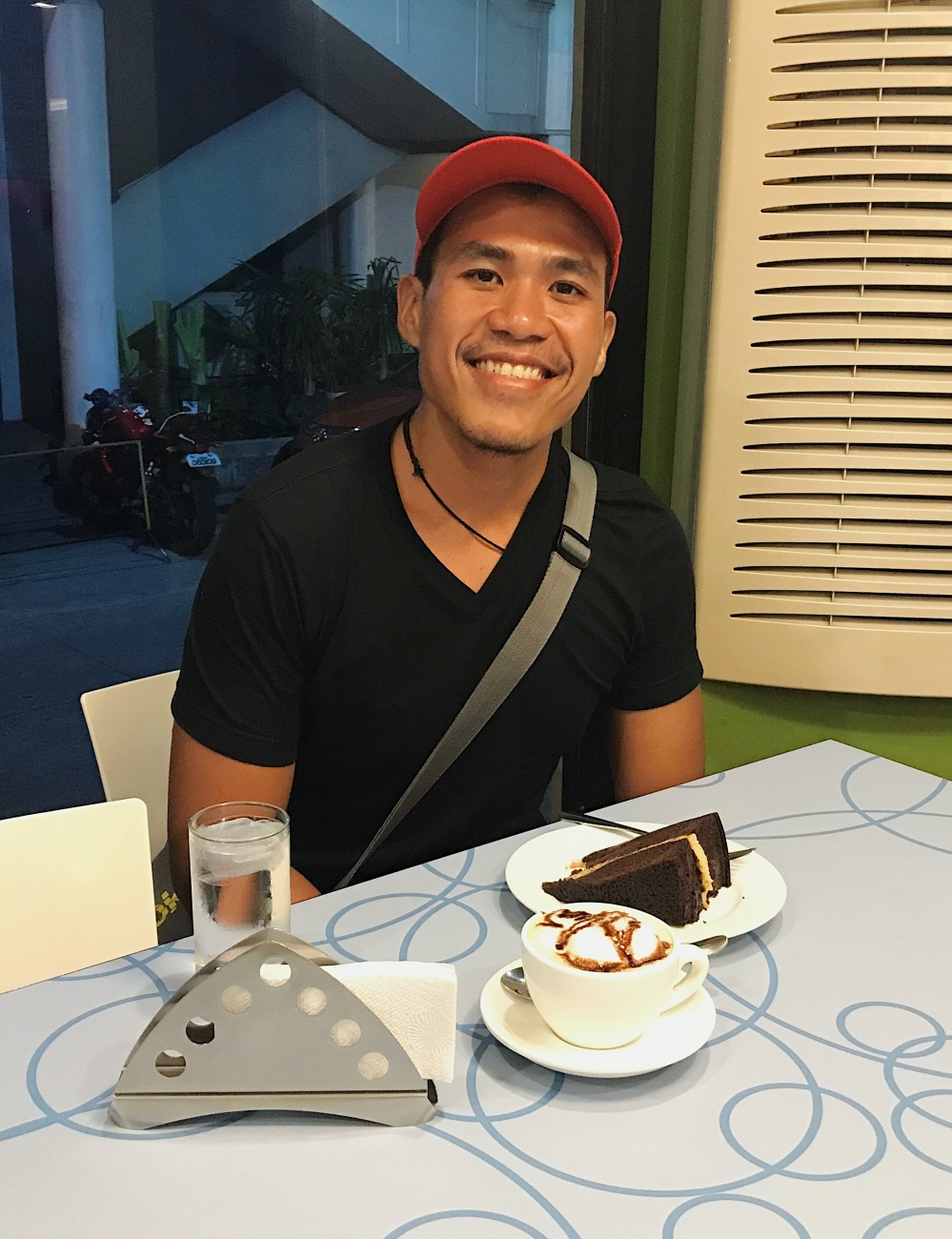Calea's chocolate cake and mocha coffee are a perfect match! Who won't be smiling after eating them?