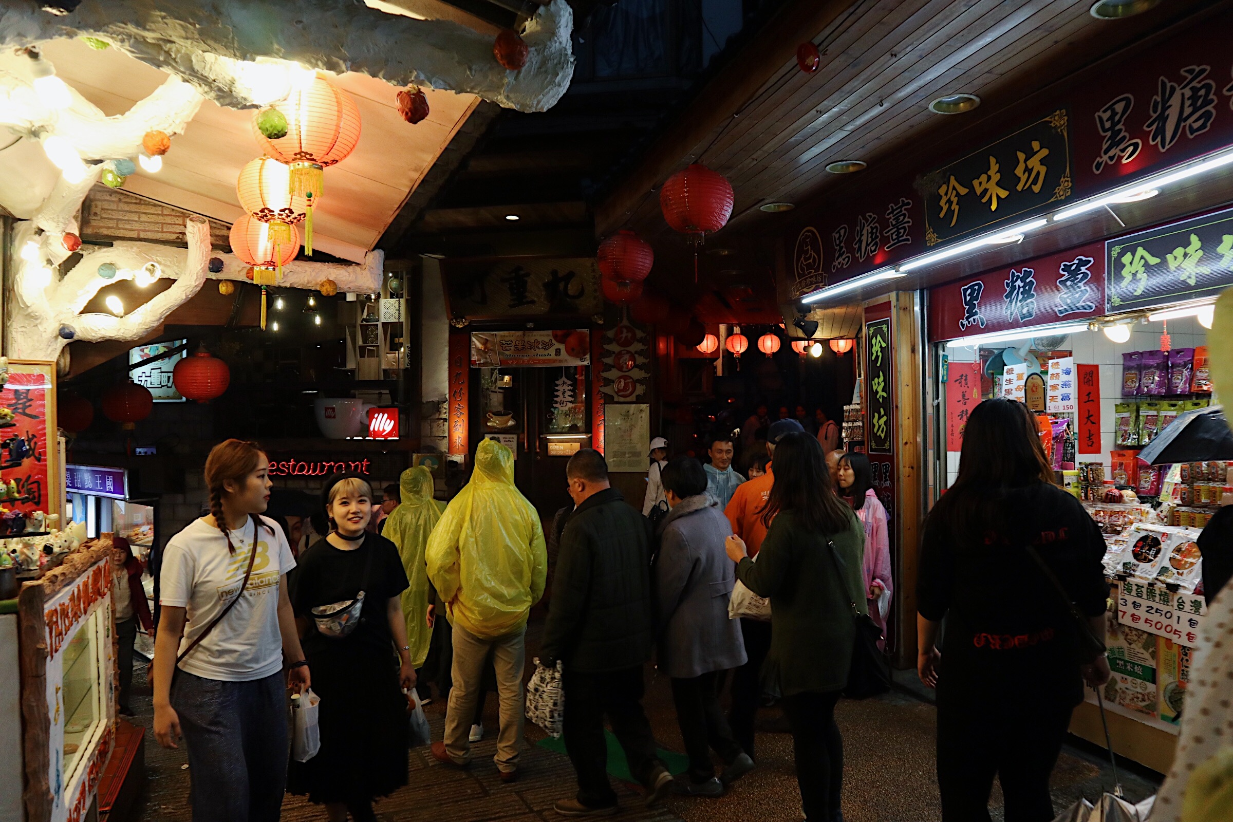 BUSY MARKETPLACE. Jiufen Old Street is crowded with people especially in the evening.