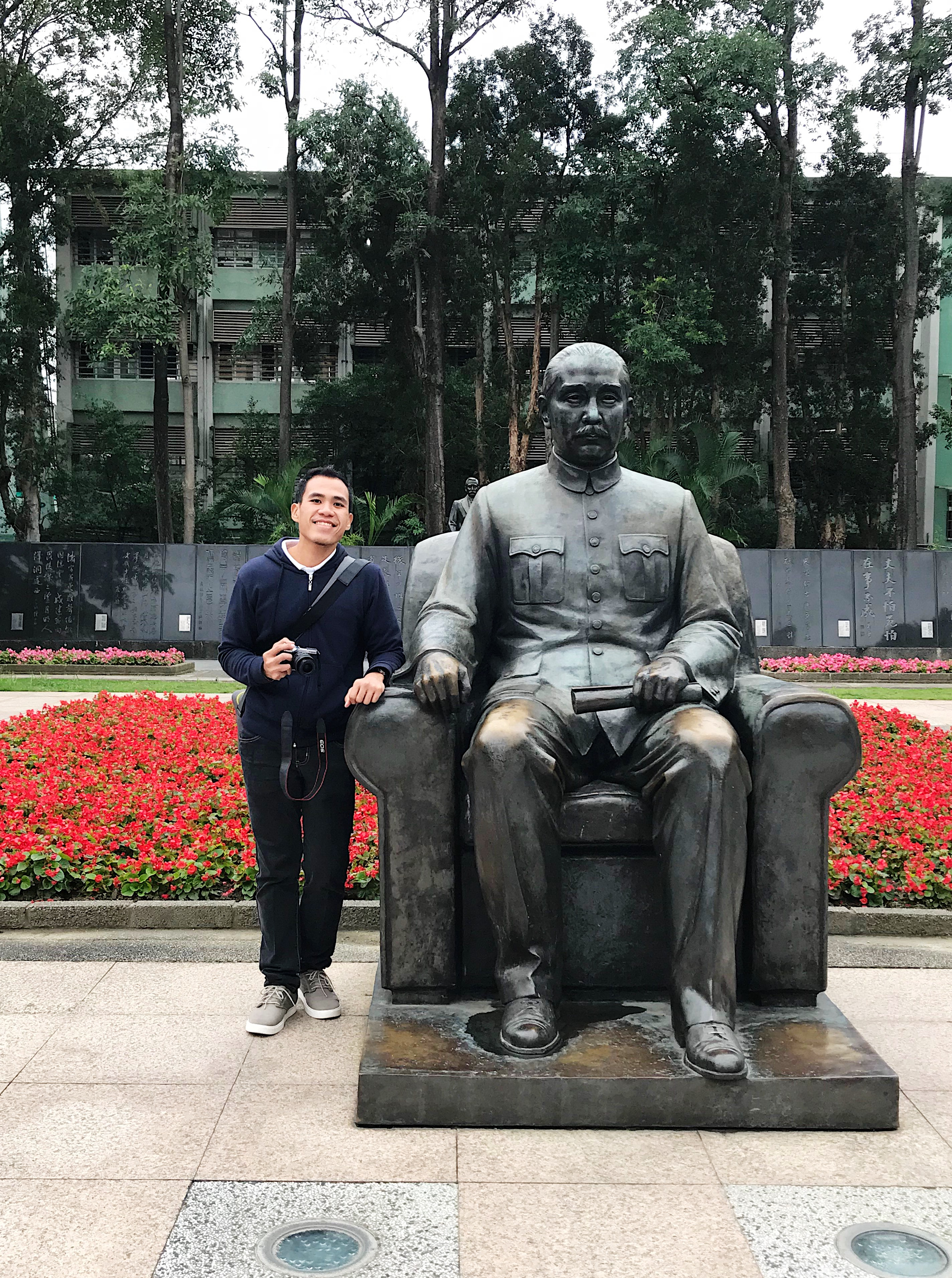 PHOTO-OP. We only had a short time here in Sun-Yat Sen Memorial Hall but we made it a point to take a picture with Sun-Yat Sen's statue.